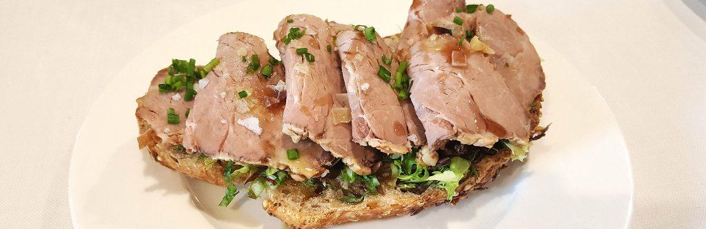 tosta-roast-beef-de-presa-con-ensalada